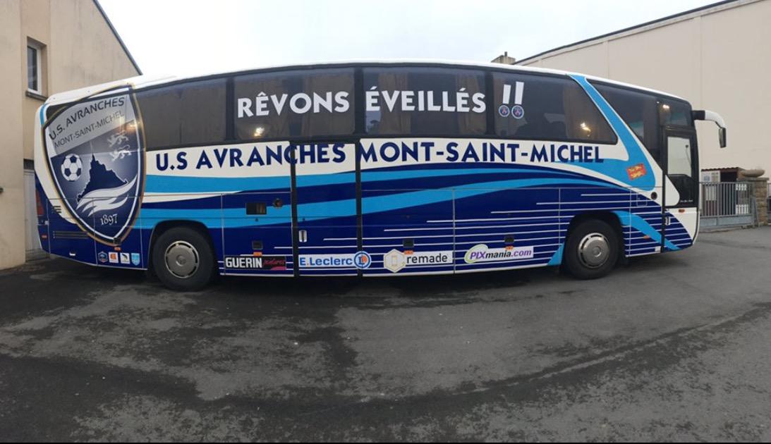 """""""Rêvons plus grand"""", clame le PSG. """"Rêvons éveillés"""" répond l'US Avranches sur son bus"""