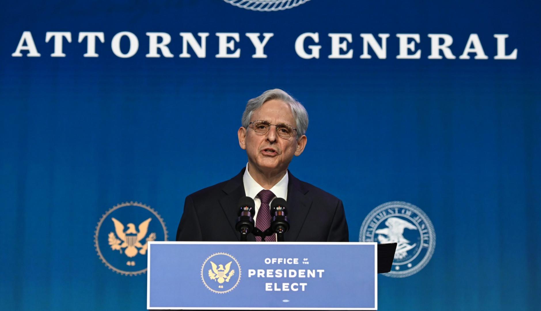 Merrick Garland, un progressiste modéré, a été choisi pour diriger le ministère de la Justice. À 68 ans, cet ancien chef de la cour d'appel de Washington avait été proposé en 2016 par Obama pour la Cour suprême.
