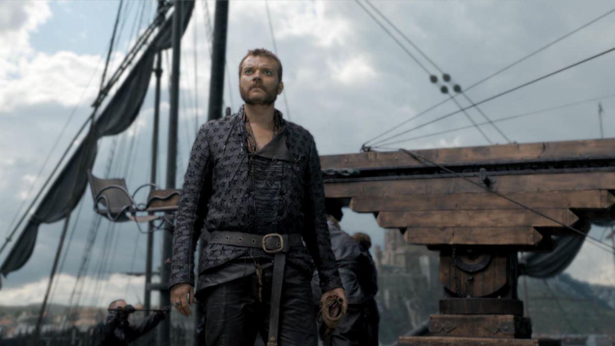 Euron Greyjoy sur son navire observant un péril lointain
