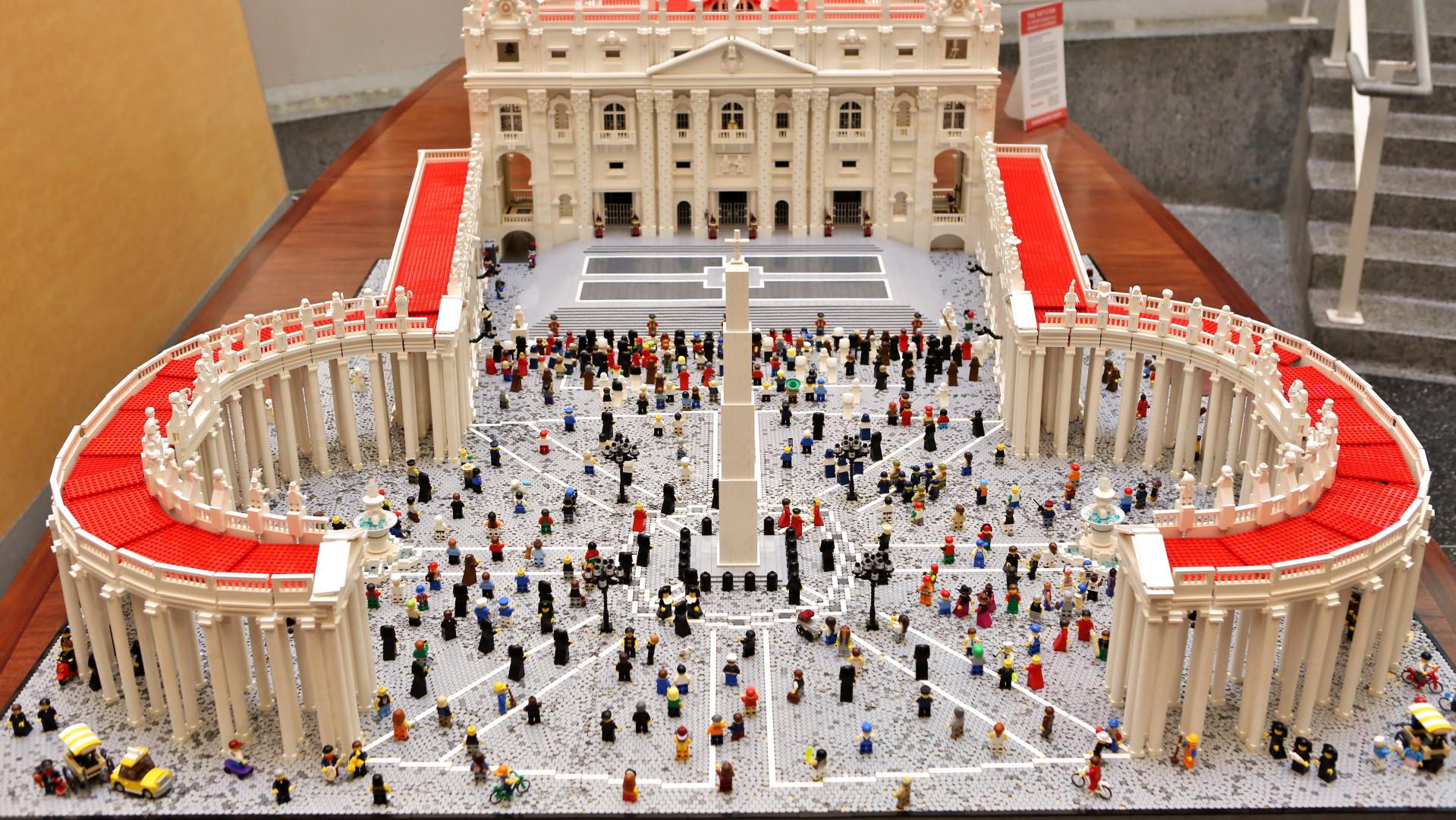 Un prêtre a recréé la Basilique Saint-Pierre de Rome en Lego