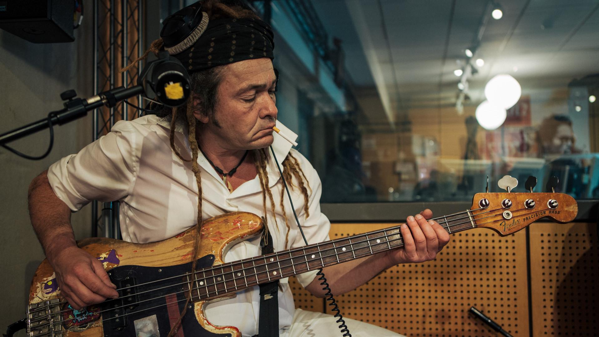 Daniel Lorca de Nada Surf en session dans les studios de RTL2