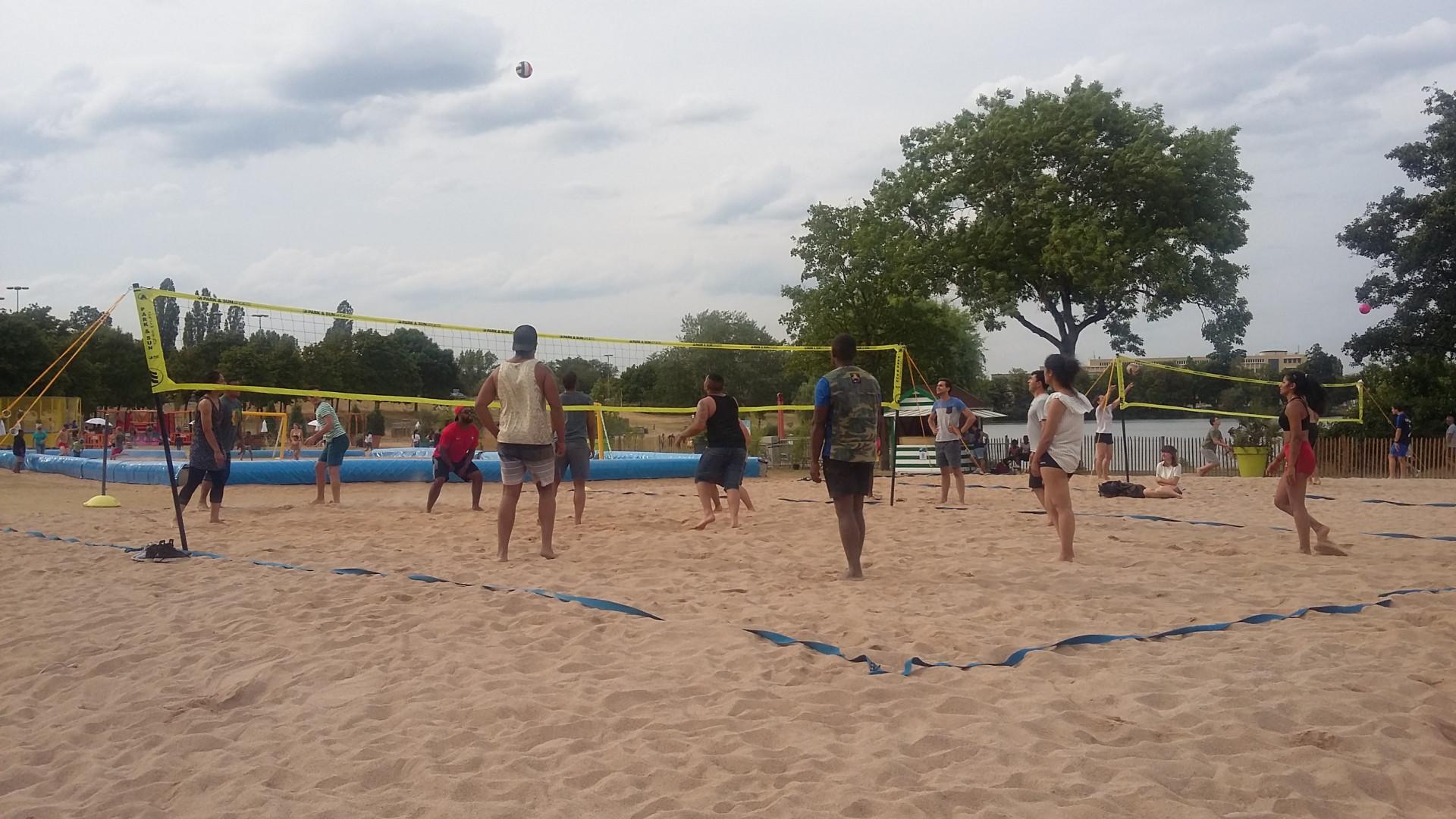 Des terrains de beach volley permettent à tous de se mettre au sport collectif