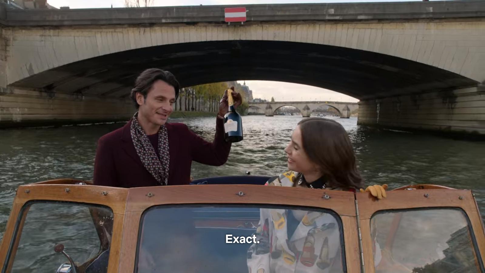 La pauvreté est absente de la vie d'Emily. A Paris, on boit du champagne sur des bateaux privés.