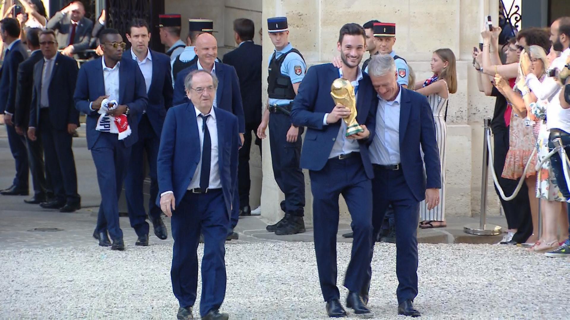 Accueillis par Emmanuel et Brigitte Macron, les Bleus sont arrivés à l'Élysée