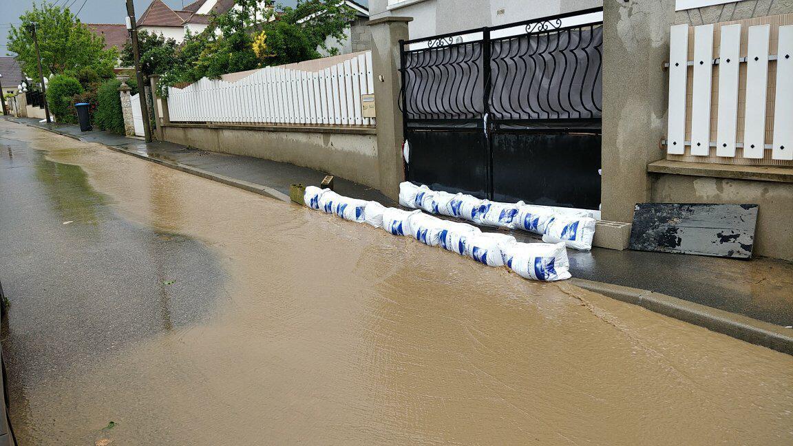 Des coulées de boue inondaient les rues.