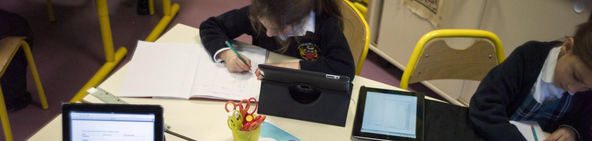 Des écoliers utilisent des tablettes iPad dans une école anglaise à Croissy-sur-Seine, le 3 décembre 2012