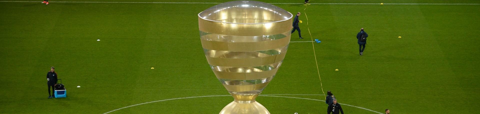 Le trophée de la Coupe de la Ligue en format géant le 1er avril 2017