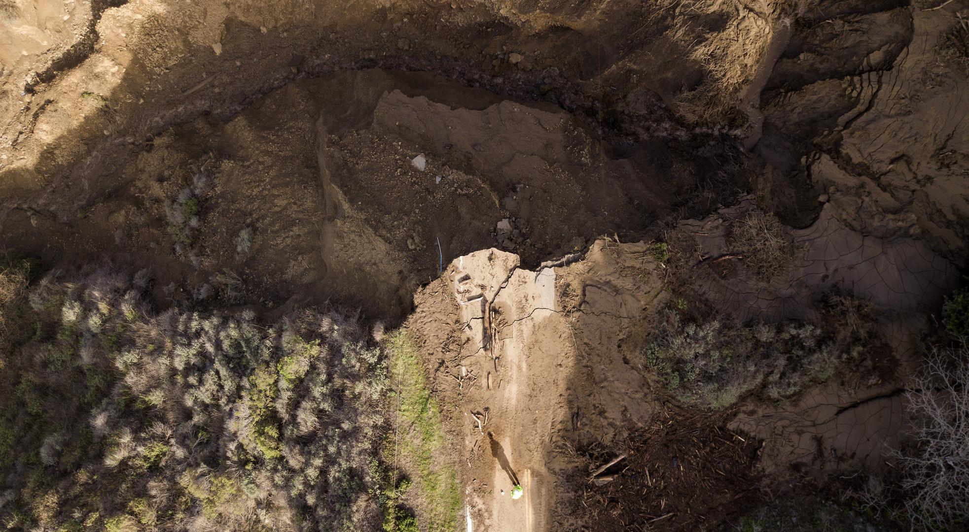 Vu du ciel, la rupture provoquée par la chute de débris sur l'autoroute.