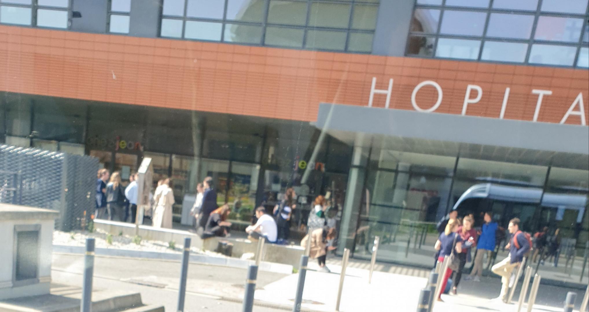 Hôpital Purpan à Toulouse, où des gens se réunissent pour discuter au deuxième jour du confinement, mercredi 18 mars
