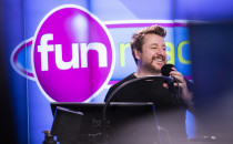Bruno Guillon dans les studios de Fun Radio