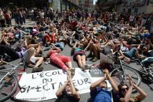 Des manifestants s'allongent en signe de protestation à Avignon, le 12 juillet 2014.