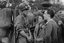 Rencontre entre un soldat français de la division du général Leclerc et un jeune parisien, le jour de la Libération