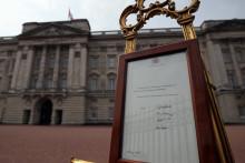 Le bulletin royal annonçant la naissance de la princesse de Cambridge devant Buckingham Palace.