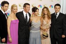 """Les stars de """"Friends"""" David Schwimmer, Lisa Kudrow, Matthew Perry, Courtney Cox, Jennifer Aniston et Matt LeBlanc le 22 septembre 2002 lors de la cérémonie des Emmy Awards. (archives)"""