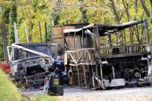 Puisseguin (Gironde) : des enquêteurs participent à l'enlèvement des carcasses du camion et du car le 26 octobre 2015.