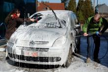 Un couple lave sa voiture dans une station de lavage automobile (illustration )