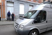 Des policiers devant l'entrée du bâtiment  où Salah Abdeslam a été arrêté à Molenbeek, le 20 mars 2016.