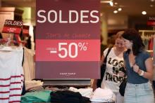 Une boutique affichant les soldes (Illustration)
