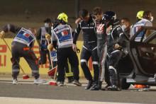Romain Grosjean marche à l'aide de deux membres de la sécurité le 29 novembre à Bahreïn