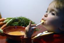 Un enfant mange une soupe de légumes à Lyon (Illustration).