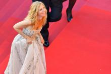 Sandrine Kiberlain lors de la montée du tapis rouge du festival de Cannes 2017
