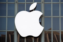 Le logo d'Apple sur un building californien.