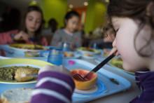 Des enfants mangent dans une cantine scolaire (illustration)