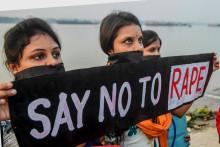Des activistes indiennes protestent contre le viol et l'assassinat présumée d'une femme de 27 ans à Hyderabad, dans le sud de l'Inde, le 30 novembre 2019.