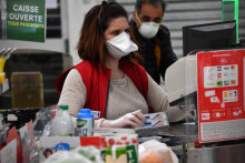 Une caissière portant un masque pour se protéger du coronavirus, dans un centre commercial