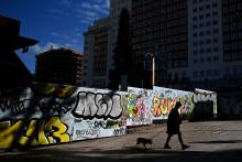 Une femme qui se promène sur la place d'Espagne à Madrid, alors que le pays est confiné à cause de l'épidémie de coronavirus (24 avril 2020)