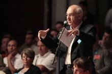 Henri Weber lors de son discours le 3 juillet 2010 au Carrousel du Louvre à Paris à l'occasion de la convention nationale du parti socialiste.