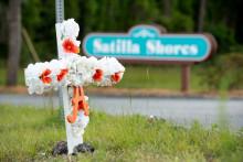 Une croix avec des fleurs a été placée à l'intersection où Ahmaud Arbery a été abattu, le 7 mai 2020 à Brunswick, en Géorgie.