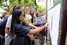 Des lycéens consultant leurs résultats au baccalauréat (illustration)