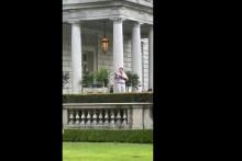 Un homme sort dans son jardin un fusil à la main le 28 juin à Saint-Louis, aux États-Unis