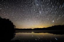 Une pluie d'étoiles filantes (Image d'illustration).