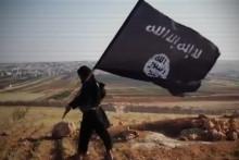 Un jihadiste avec le drapeau de l'État islamique. (Illustration)