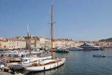 Un bateau dans le port de Saint-Tropez (illustration)