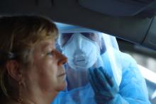 """Un test de dépistage """"drive-in"""" au Port, au nord-est de La Réunion."""