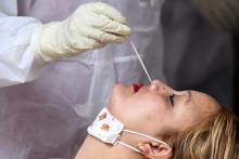 Une femme se fait dépister par test RT-PCR