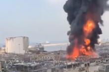 L'armée libanaise a confirmé que le feu a pris dans un entrepôt de pneus et d'huiles, dans la zone franche du port.