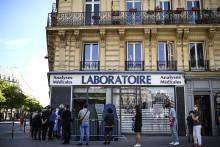 Une file d'attente de personnes souhaitant faire un test PCR dans un laboratoire parisien.