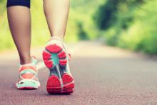 Une jeune femme qui pratique la course à pieds