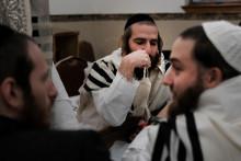 Des membres de la communauté juive orthodoxe pendant Yom Kippour, à New York