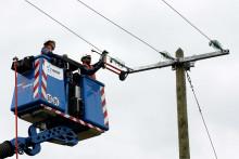 Des techniciens EDF en train de réparer une ligne électrique. (illustration)