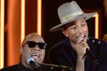 Stevie Wonder et Pharell Williams lors des Grammy Awards de Los Angeles, le 26 janvier 2014 (photo d'Archives).