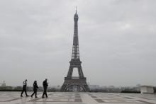 Des policiers patrouillant aux abords de la Tour Eiffel pendant le confinement, le 18 mars 2020.