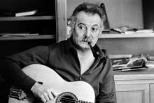 Le chanteur français Georges Brassens, chez lui.