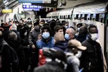 Des Parisiens masqueés, dans le métro (illustration)