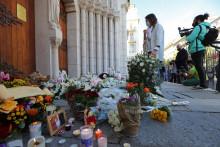 Des fleurs devant la basilique Notre-Dame à Nice, en hommage aux victimes de l'attaque du 29 octobre 2020