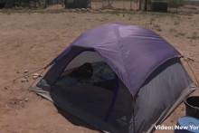 Face au mauvais comportement de leur fils, un couple d'américains a décidé de sévir en l'envoyant vivre un mois dans une tente en plein désert.